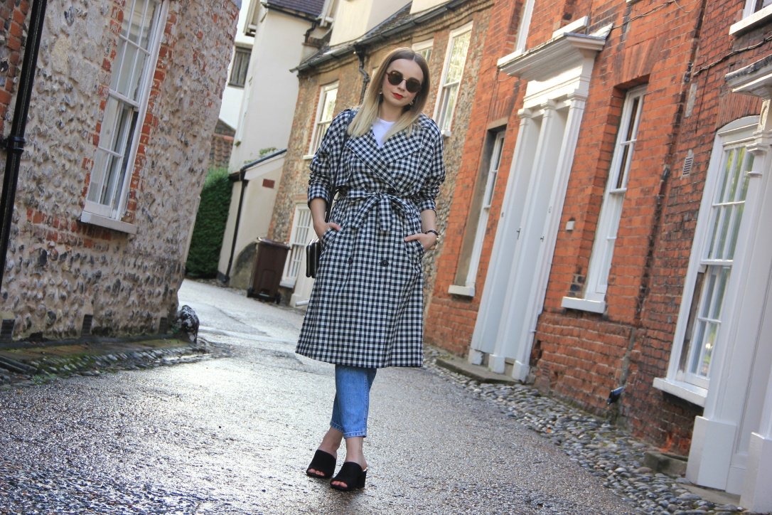 How to wear a gingham trench