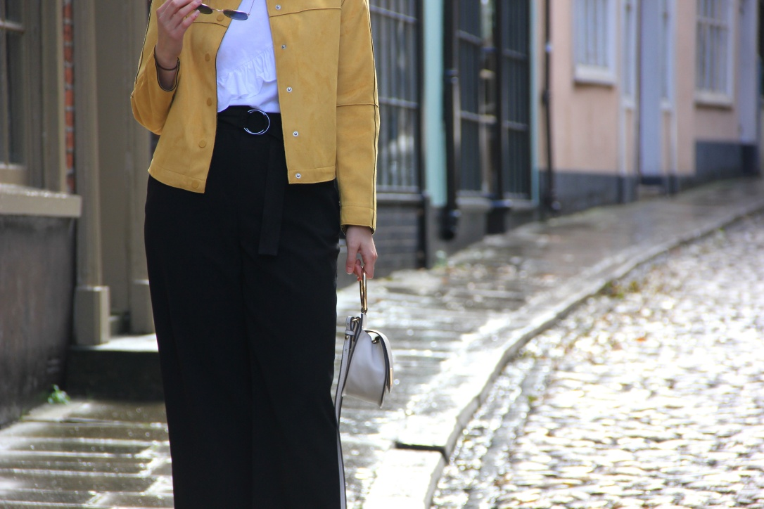 Yellow autumnal outfit